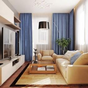 Rèm cửa màu xanh trong một căn phòng nhỏ