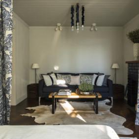 Ghế sofa thoải mái trong sảnh của căn hộ hai phòng ngủ