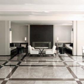 Sàn đá cẩm thạch trong một căn phòng rộng rãi