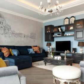 Bức tranh tường trên tường phía sau ghế sofa
