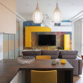 Đồ nội thất màu vàng trong một căn phòng nhỏ