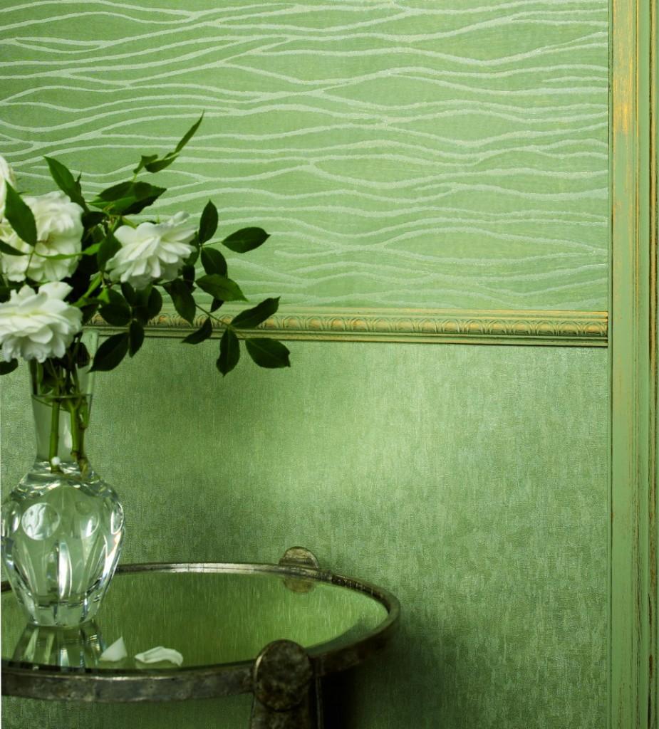 Une combinaison réussie de papier peint intissé vert sur le mur du hall