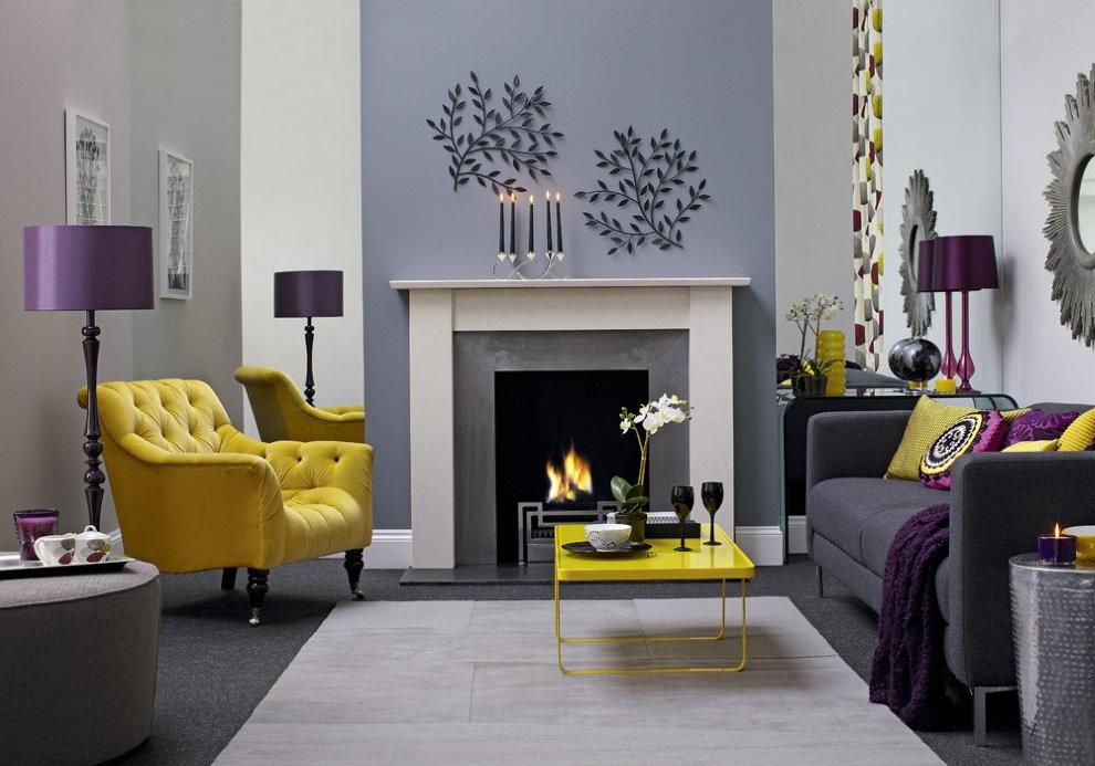Fauteuil jaune dans le hall avec une cheminée décorative