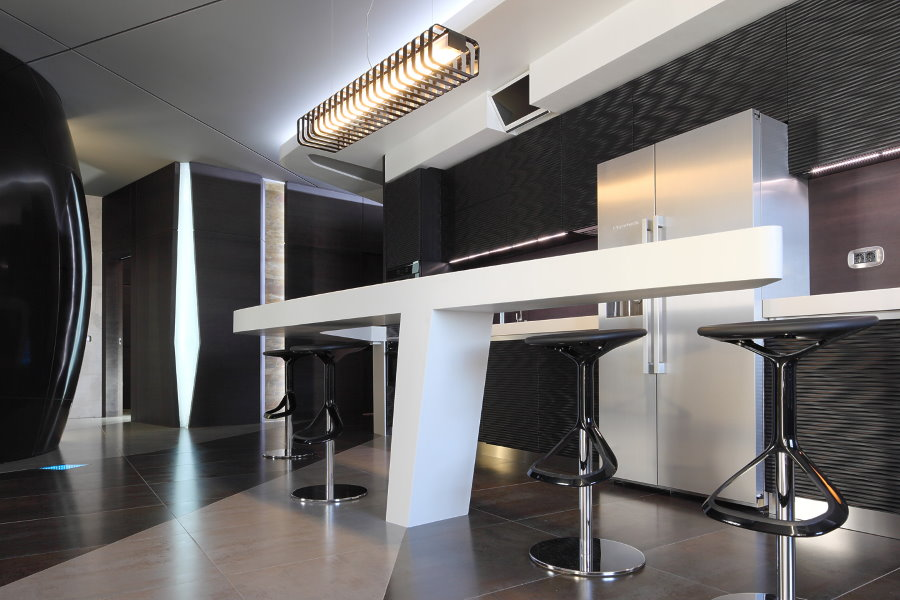 Comptoir de bar blanc dans une cuisine-salon high-tech