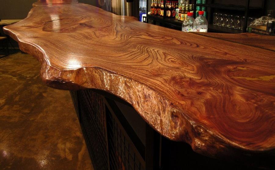 Plan de travail en bois massif sur le bar du salon