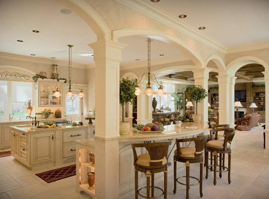 Comptoir de bar entre colonnes dans un salon classique