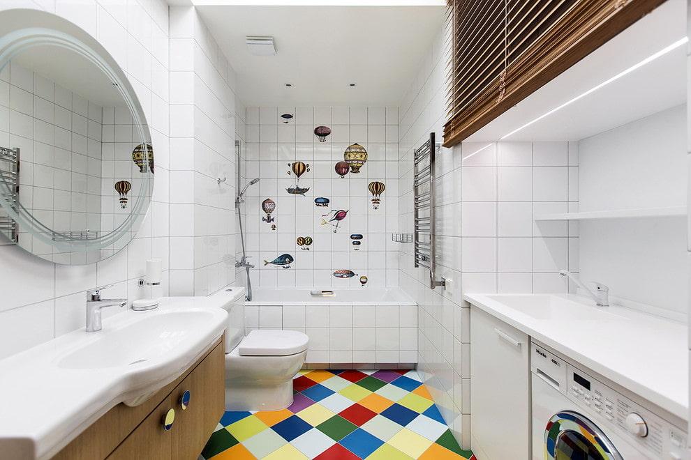 Carreaux de céramique blanche dans la salle de bain avec WC
