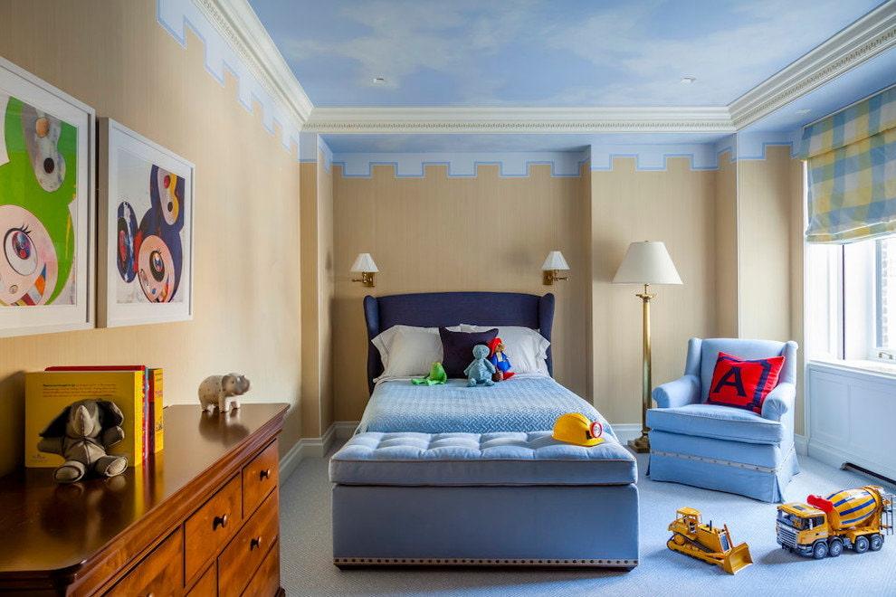 Papier peint beige dans une pépinière avec un plafond bleu