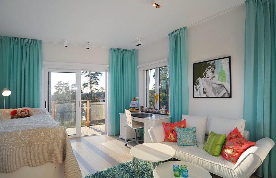 Rideaux turquoise sur les fenêtres du salon