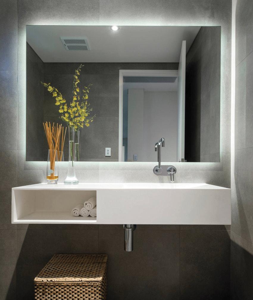 Miroir rectangulaire au-dessus du lavabo suspendu