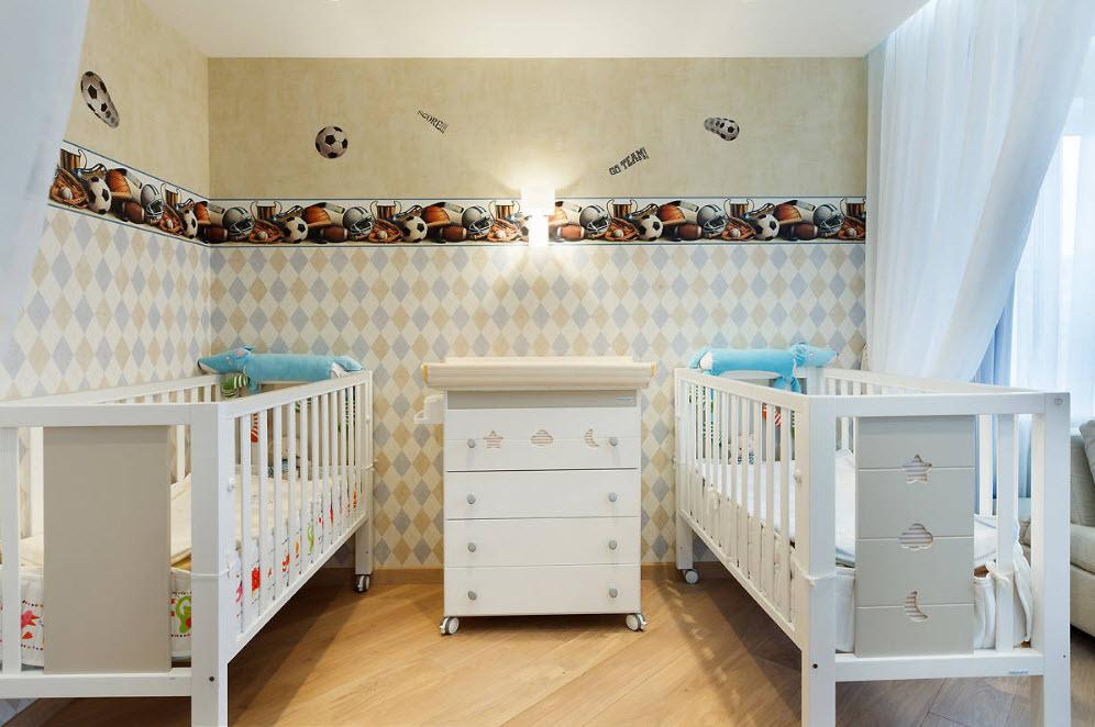 Papier peint en papier dans la chambre des nouveau-nés