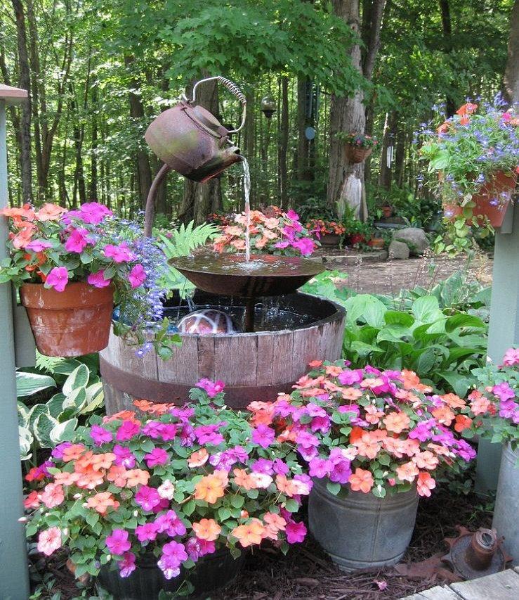 Fontaine de jardin bricolage d'une vieille théière