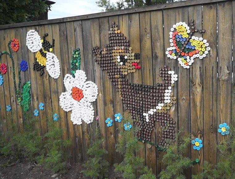 Décorer une vieille clôture avec des bouchons en plastique