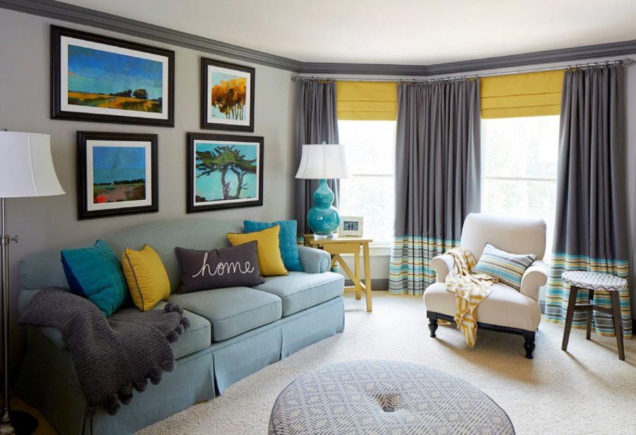 Sélection de rideaux dans le salon avec fenêtres adjacentes