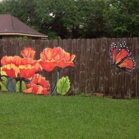 Papillon et coquelicots sur une clôture en bois