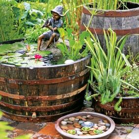 petit étang d'un tonneau en bois