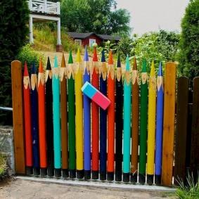 Clôture de jardin en forme de crayons de couleur