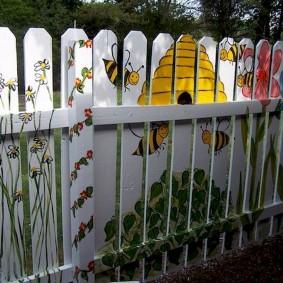 Peinture de bricolage d'une clôture de planches