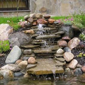 Cascade de pierre dans un chalet d'été