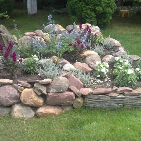 Jardin de rocaille en pierres naturelles à la campagne
