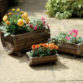 Parterres de fleurs de barils inutiles