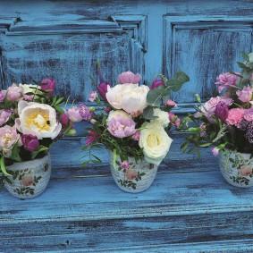 Pots de fleurs sur une vieille commode