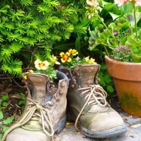 Pots de fleurs de bottes trouées