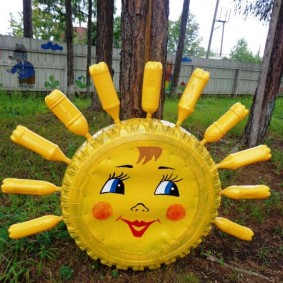 Soleil éclatant fait de bouteilles en plastique