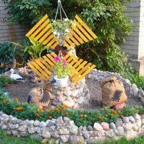 Moulin décoratif sur un parterre de fleurs