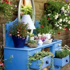 Une vieille armoire comme parterre de fleurs