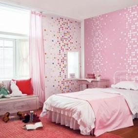 Papier peint rose dans la chambre d'une écolière