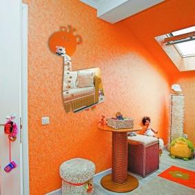 Verre orange dans la chambre des enfants