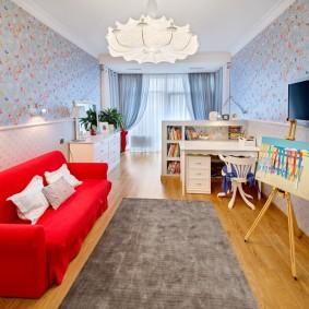 Canapé rouge dans la chambre des filles
