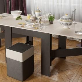 Une table avec un plateau blanc sur une base sombre
