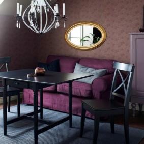 Table noire à l'intérieur du salon