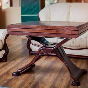 Table en bois avec mécanisme pliable