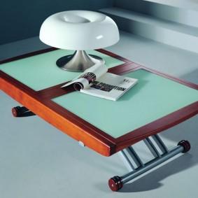 Chèn nhựa trên mặt bàn bằng gỗ