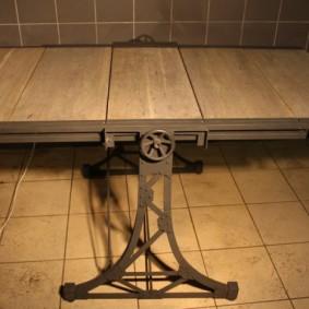 Table pliante sur structure en acier pour intérieur loft