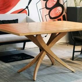 Table avec pieds courbes pour le salon
