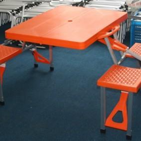 Một bộ đồ nội thất bằng nhựa từ bàn và ghế