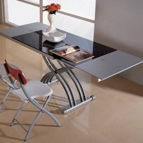 Modèle laconique d'une table pliante