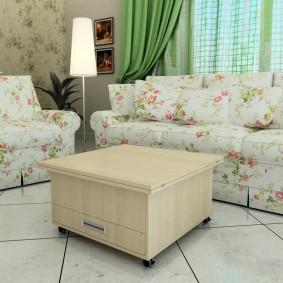 Table d'appoint devant un canapé lumineux