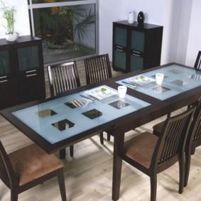 Inserts en verre dans une table en bois