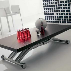 Table basse avec pieds chromés