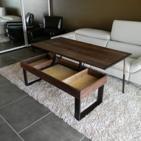 Table pliante sur un tapis léger