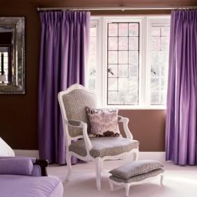 Rideaux violets dans un beau salon