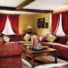 Rideaux rouges dans le salon avec canapés