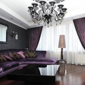 Rideaux violet foncé associés à du tulle blanc