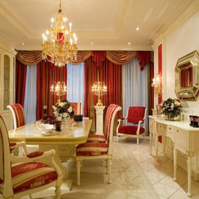 Meuble beige dans le hall avec rideaux bordeaux
