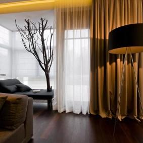 La combinaison de tulle blanc avec un rideau marron